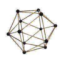 פסל נחושת בצורת מולקולה